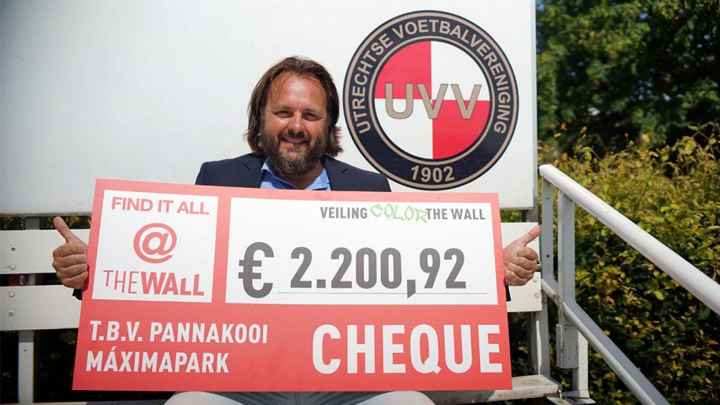 Voorzitter UVV krijgt cheque van 2.200 euro overhandigd